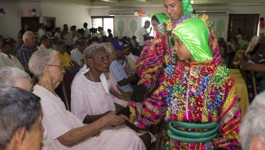Fundación celebra evento a  ancianos