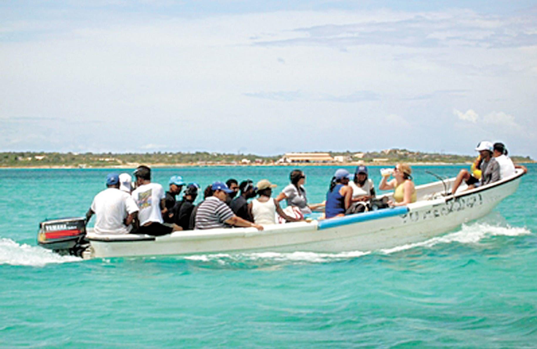 Los inmigrantes indocumentados generalmente se lanzan al mar o son transportados por traficantes en rústicas embarcaciones conocidas como yolas hasta Puerto Rico, en un peligroso recorrido de 130 kilómetros de mar repleto de tiburones.