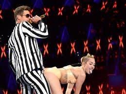 Miley Cyrus  junto a Robin Thicke