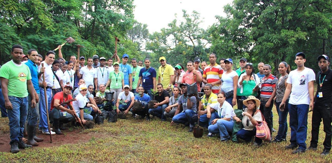 Empleados de Helados Bon en  la jornada ecológica.
