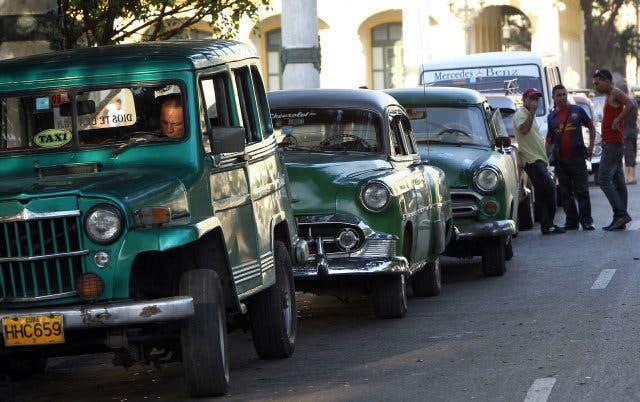 Los cubanos ya pueden comprar autos libremente pero a precios exagerados