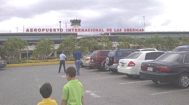 Foto de archivo del parqueo del aeropuerto Las Américas.