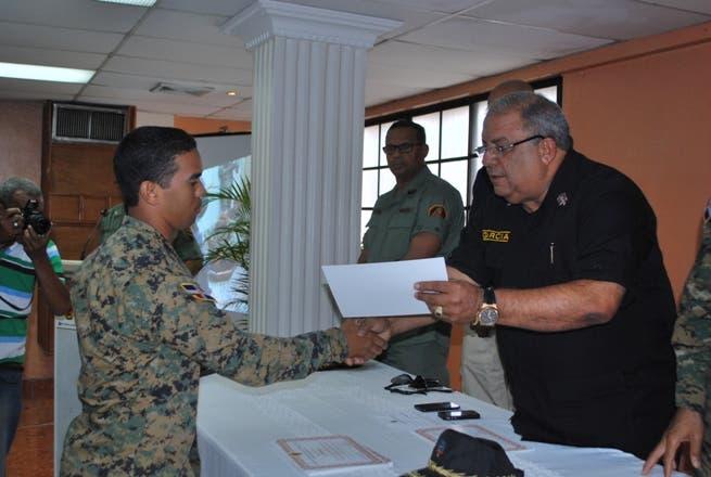 Bomberos capacitan a miembros del Ejército en manejo de emergencia