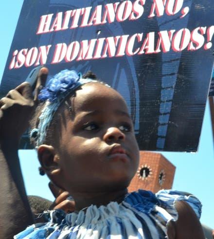 Haitianos protesta contra sentencia en el senado. foto: Elieser Tapia.