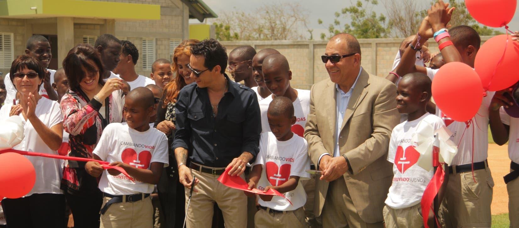 Marc Anthony arropado por emociones abre la puerta de orfanato