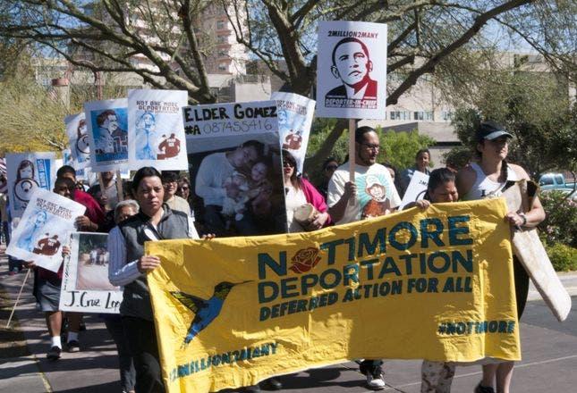 """EFE/EUA CARIBE SHM18 PHOENIX (AZ, EEUU), 2/4/2014.- Con carteles en los que se puede leer: """"Ni una deportacióno más"""" y """"2 millones son demasiado: Obama deportador en jefe"""", y fotos de inmigrantes detenidos en el centro de detenciones de Eloy (Arizona), activistas y familiares de los detenidos caminarán hasta allí durante tres días para llegar el próximo 5 de abril. Allí exigirán el fin de las deportaciones y la aprobación de la reforma migratoria. La marcha culminará con una manifestación el 5 de abril en Eloy, cuando se calcula se pasará la marca de 2 millones de deportados por parte de la administración del presidente Barak Obama. EFE/Gary Williams"""