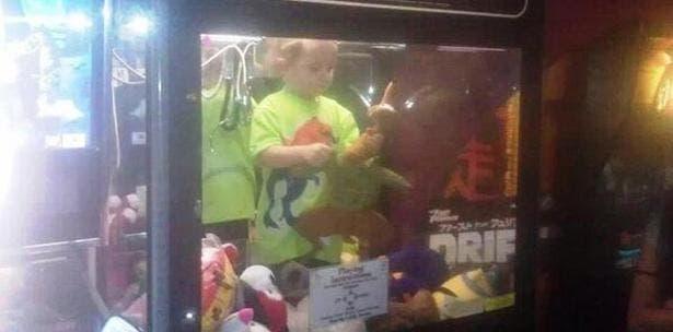 Encuentran niño desaparecido dentro de máquina de peluches