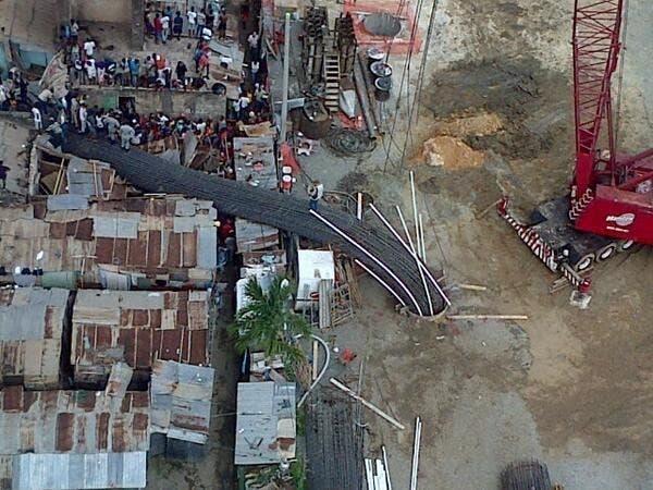 El 21 de mayo pasado, varias viviendas debajo del puente de la 17 fueron afectadas al caer una columna de varillas sobre ellas. Una señora y su niña recién nacida resultaron heridas.