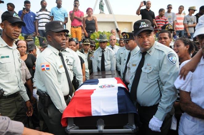 Compañeros de armas de la oficial Mercedes del Carmen Torres cargan su ataúd hasta su última morada. Foto: Nicolás Monegro /El Día.