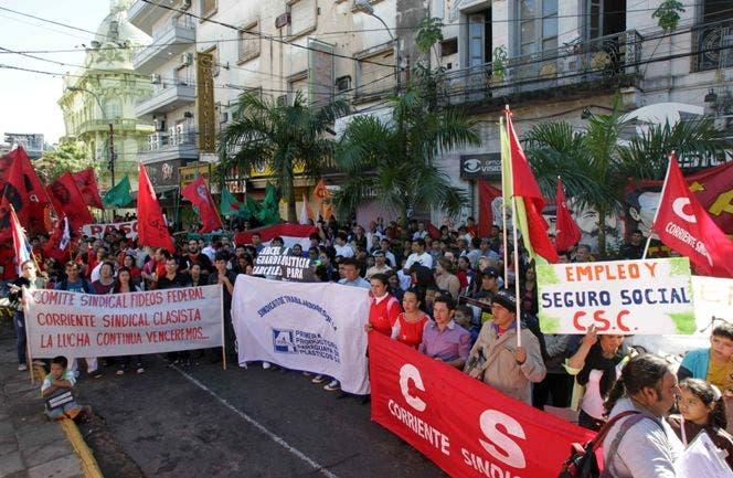 ASU05 ASUNCIÓN (PARAGUAY) 01/05/2014.- Trabajadores y líderes sindicales participan hoy, jueves 1 de mayo de 2014, en la conmemoración del Día de los Trabajadores en Asunción (Paraguay). Los sindicatos paraguayos conmemoraron hoy el Primero de Mayo, cuando se celebra el Día del Trabajo en la mayor parte del mundo, con actos por separado, una circunstancia que refleja las diferencias de postura sobre las conversaciones con el Gobierno sobre asuntos laborales. EFE/Andrés Cristaldo