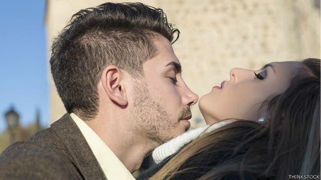 ¿Se debe pedir permiso para dar un beso?