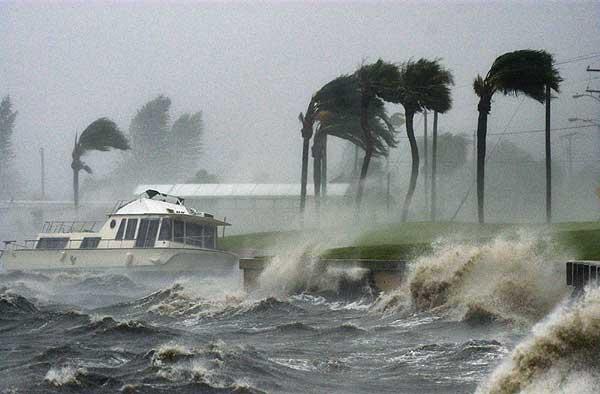 Huracán de categoría 2 Matthew sigue fortaleciéndose en su avance por Caribe