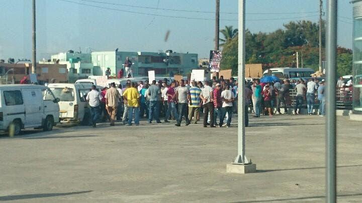 ¡Extenso tapón en puente de la 17! Choferes bloquean parada del Metro en reclamo de indemnización