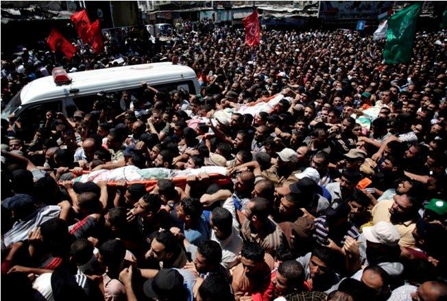 Miles de palestinos despiden a tres comandantes de Hamás muertos en Gaza