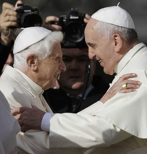 Archivo. El papa Francisco abraza al pontífice emérito Benedicto XVI antes de una reunión con personas mayores en la plaza de San Pedro en El Vaticano el domingo 28 de septiembre de 2014. (Foto AP).