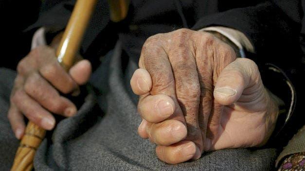 Nieta de 19 años le da golpiza a su abuela de 77 y luego huye