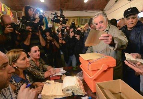 pepe mujica. votando