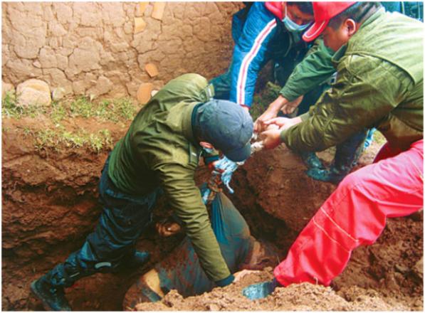 En-Bolivia-entierran-vivo-un-joven-acusado-de-violador-620x457