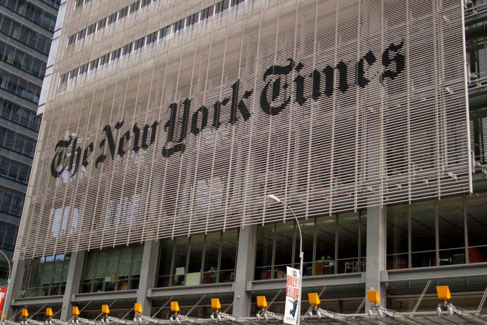 Unos 30 venezolanos protestan ante The New York Times y lo acusan de falso