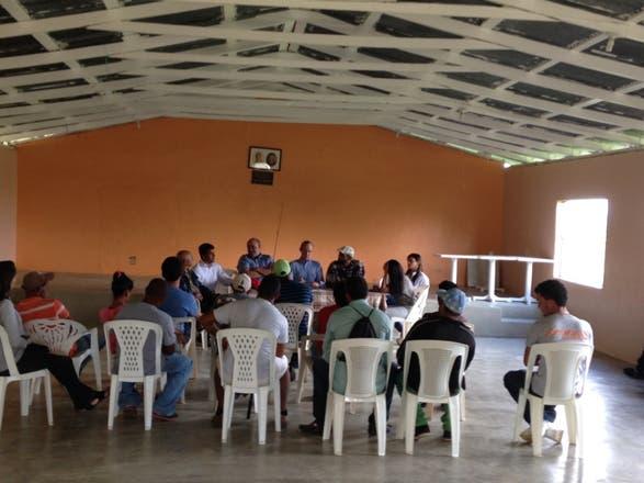 El director de Codopesca, Milton Ginebra, reunido con pescadores de la presa de Tavera.