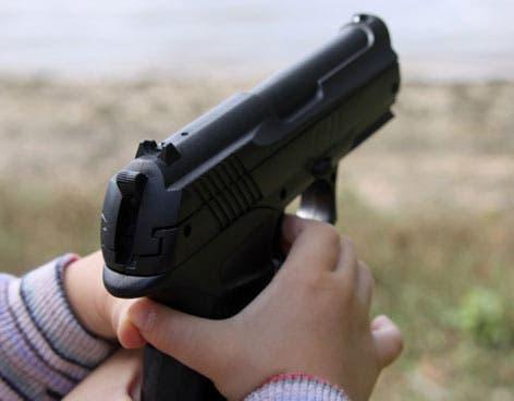El punto de venta de drogas fue desmantelado cuando las autoridades investigaban la procedencia de un video viral en el que el menor enseña al niño a manipular el arma.