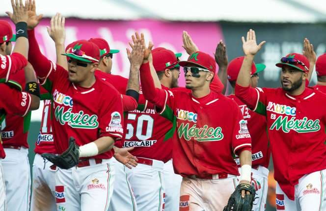 Mexico's National Baseball team celebrate their 2-1 win over the Cuban National Baseball team during the Serie Del Caribe 2015 tournament February 2, 2015 in San Juan, Puerto Rico.  AFP PHOTO / PAUL J. RICHARDS