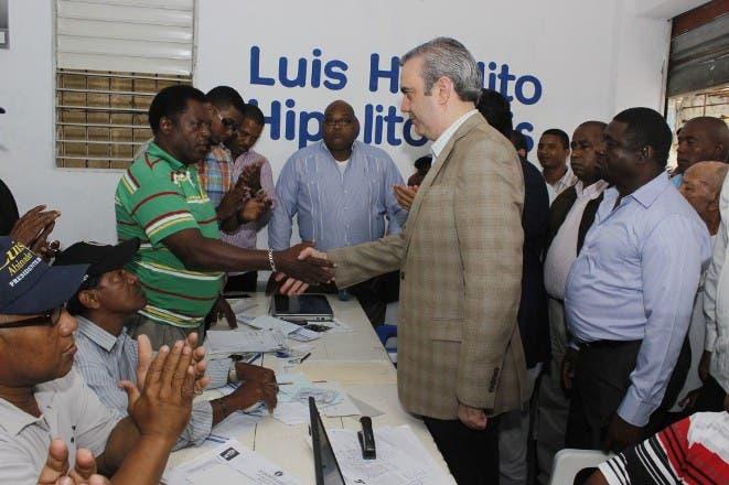 Foto de Luis mientras  realiza un recorrido por varios organismos zonales del PRM en la Circunscripción número Uno 1