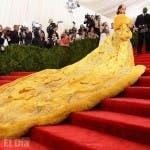 La cantante barbadense Rihanna se convierte una vez más en el centro de atención y de las burlas en las redes sociales, al presentarse ataviada con una gran capa amarilla con ribetes de piel y bordados florales dorados a la gala del Met 2015.