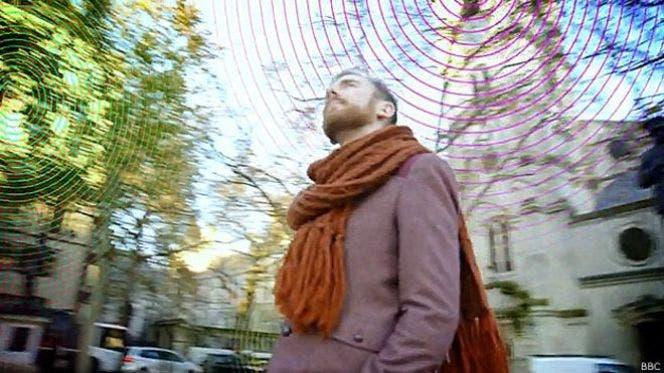 El hombre que escucha las conexiones Wifi