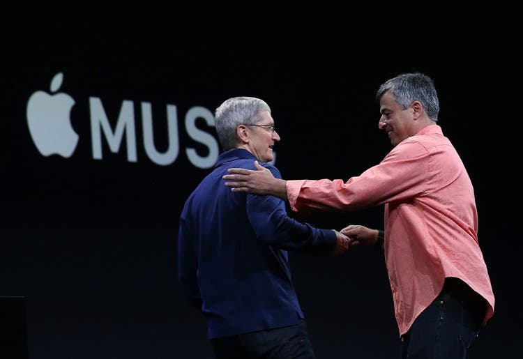 SAN FRANCISCO, CA - JUNE 08: Apple's senior vice president of Internet Software and Services Eddy Cue (R) greets Apple CEO Tim Cook (L) during the Apple WWDC on June 8, 2015 in San Francisco, California. Apple annouced a new OS X, El Capitan, iOS 9 and Apple Music during the keynote at the annual developers conference that runs through June 12.   Justin Sullivan/Getty Images/AFP== FOR NEWSPAPERS, INTERNET, TELCOS & TELEVISION USE ONLY ==