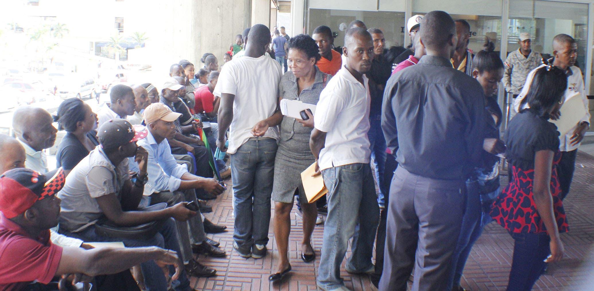 Decenas de nacionales haitianos hacían filas este miércoles para regularizar sus documentos en el país. Foto: Elieser Tapia.