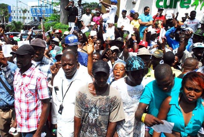 Decenas de haitianos que durante décadas trabajaron como braceros en los campos de caña de azúcar durante una manifestación en reclamo de que el Estado dominicano los pensione.