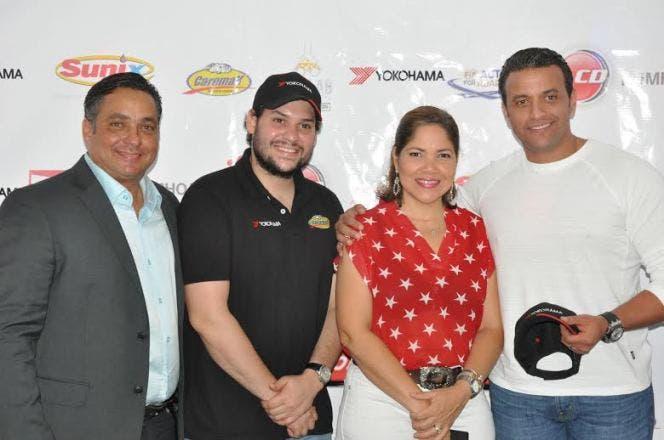 José Aybar (Tonino), premiado por Danilsa Polanco, Gerente de Arias Motors, junto a Georgie Elías Herrera, de Caremax Yokohama y Marcos Pichardo, presidente del CDCC.
