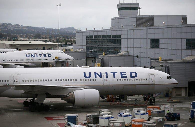 United Airlines obliga a empleados en Estados Unidos a vacunarse