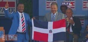 Antes de finalizar su discurso @45PedroMartinez invitó a @JuanMarichal27 a sustener juntos la bandera RD #Cooperstown.
