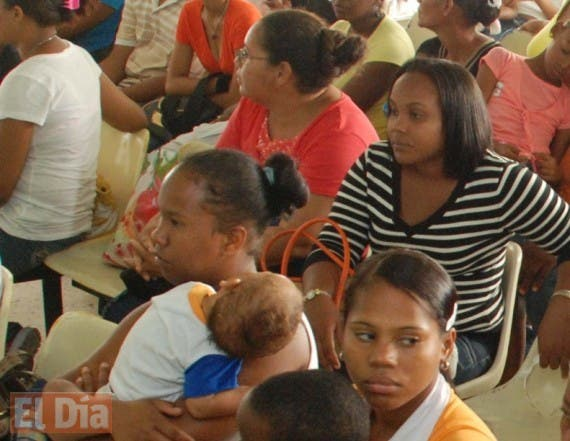 El País.-  Casos de Dengue en hospitales del país. En foto el Hospital Materno Infantil Dr. Robert Reid Cabral. Distrito Nacional. República Dominicana.  Hoy 02-10-09.  Juan Faña.