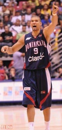 Francisco García marca una jugada durante el partido de ayer contra Argentina en el Premundial de basket.