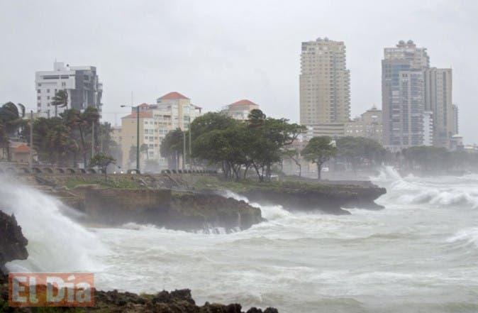 Fuerte oleaje en el malecón de Santo Domingo provocado por la tormenta tropical Erika.