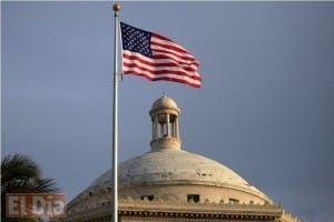 La bandera estadounidense ondea ante el capitolio en San Juan, Puerto Rico.