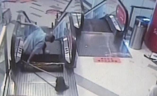 Video: Otro accidente de escalera mecánica deja trabajador sin pie en China