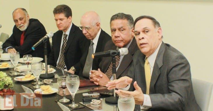 Eugenio Perez, Esteban Prieto y Cristobal Valdez Invitados al Almuerzo semanal de Comucaciones Corripio. Foto: Elieser Tapia.