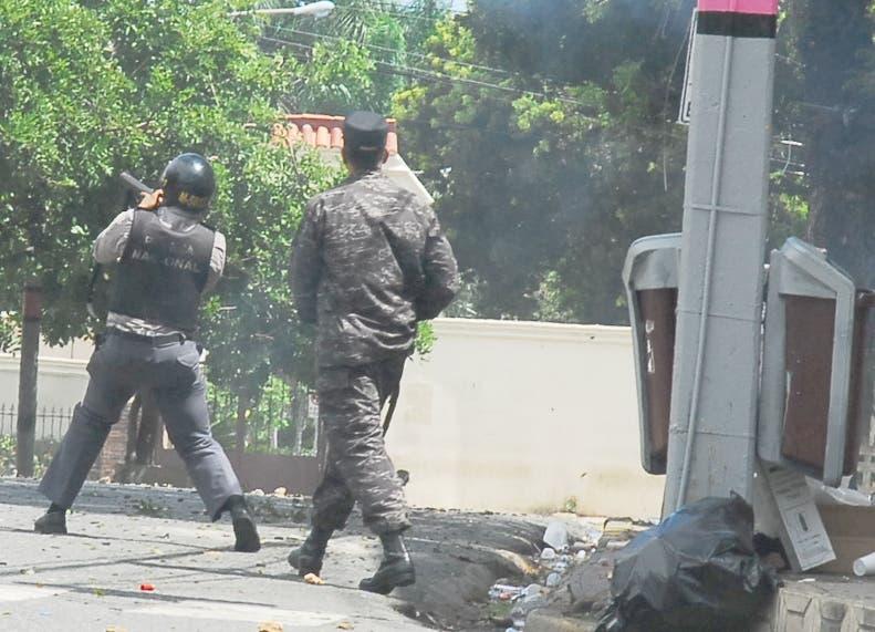 Estudiantes de  UASD se movilizan,esquina Alma Master con Correa y Cidron/foto Jose de Leon
