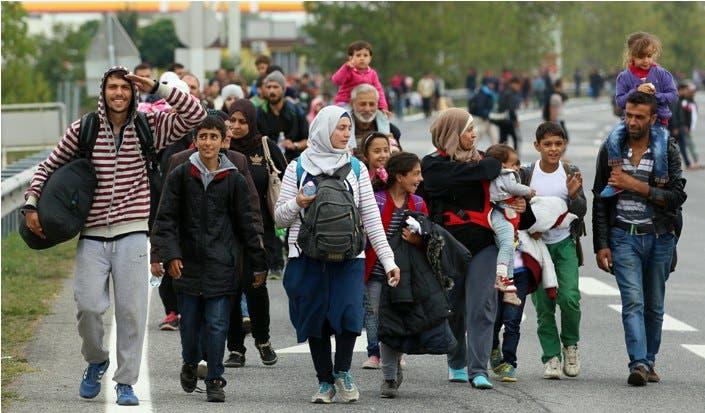 Miles de migrantes sirios están llegando a Viena, Austria a pie.