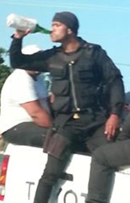 Cancelan 11 policías tras ser captados ingiriendo cervezas