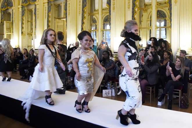 Un desfile para personas de baja estatura promueve otra belleza en París