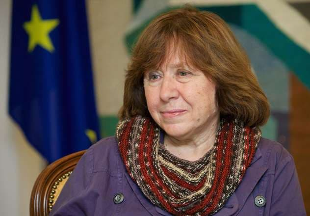 (FILES) A photo taken on November 14, 2014 shows Belarusian journalist and writer Svetlana Alexievich during her visit a the Ukrainian embasy in Minsk. Belarus writer Svetlana Alexievich won the Nobel Literature Prize on October 8, 2015.     AFP PHOTO / MAXIM MALINOVSKY
