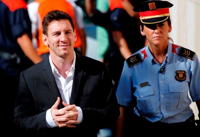 El juez envía a juicio a Lionel Messi y a su padre acusados de tres delitos fiscales
