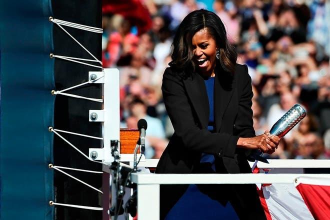 Michelle Obama bautiza el submarino de la Marina Illinois