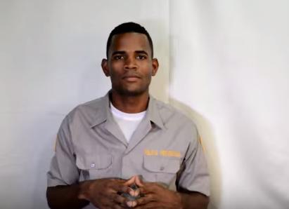 """El entonces raso policial dominicano Daurin Muñoz difundió un video donde afirma que los agentes ganan salarios """"cebollas"""", """"que de verlos dan ganas de llorar""""."""