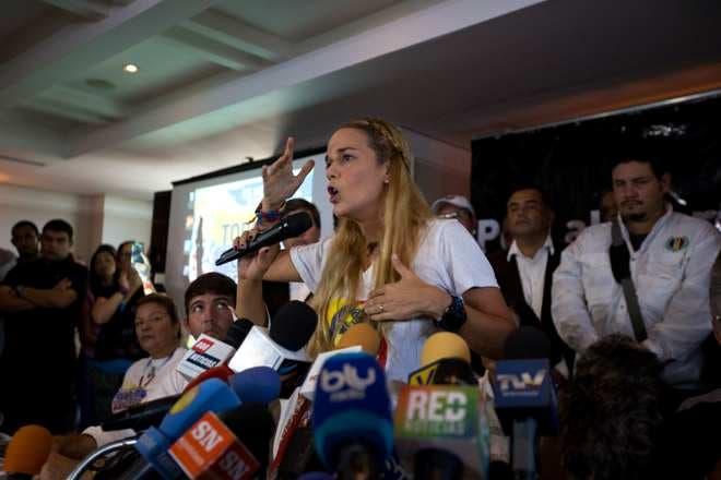 Lilian Tintori, esposa del opositor Leopoldo López, arenga a simpatizantes durante una manifestación en Caracas, Venezuela.